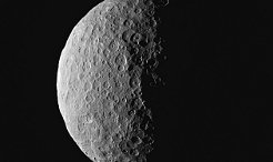 It was an arrival and a farewell at the same time: On 6 March of this year, when NASA's Dawn space probe arrived at Ceres, the spherical dwarf planet initially disappeared into the darkness. Now, Ceres has come into view again. Photos from mid-April afford a first glimpse of the north pole of the dwarf planet.